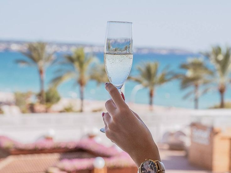 Cheers to the almost weekend!  . . . . #travelblogger #ivegotsunshine #travelblog  #styleblogger #bloggerlife #beachtravellers #longlivethesummer #bloggerstyle #luxuryhotel #luxurytravel #globetrotter #sunshinegirl #lovetotravel #viewfromthetop #openmyworld #wheretofindme #finditliveit  #ABMhappylife #ABMsummer #katespade #handsinframe #goingplaces #travelgram #stayandwander #jetsettering #champagnelife #weekendvibes #champagne #tropicalvibes #mallorcaisland