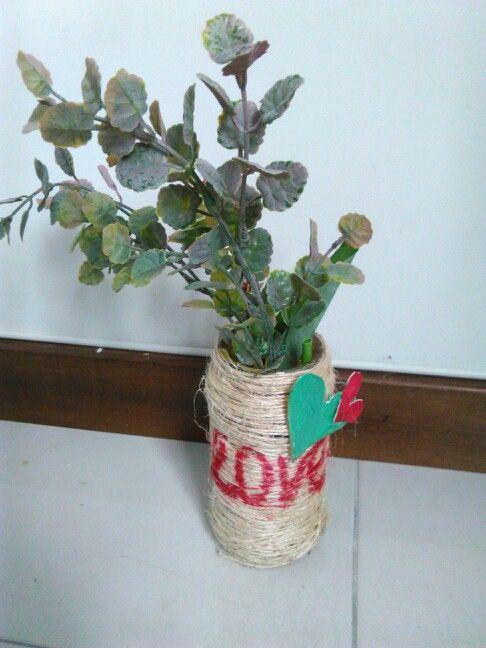 Tarrito de cafe forrado en caulla las letras escritas con marcador permanente, los corazones con carton paja se pintan y se pegan con silicona