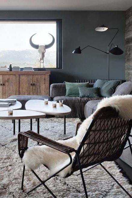 Des bruns, du bois, de la lain et du lin dans le salon