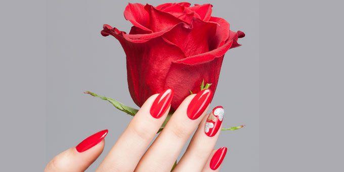 Unghie eleganti e decise rese ancora più particolari grazie alla decorazione a cuori realizzata con l'utilizzo di smalti Oro Glitter ed Argento Glitter.http://www.sfilate.it/219969/un-cuore-sullunghia-red-passion-con-estrosa