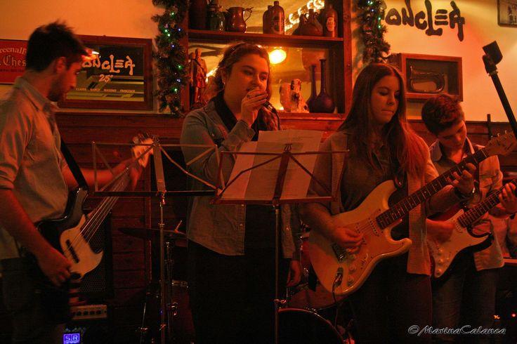 Francesca canta sul palco del Fonclea