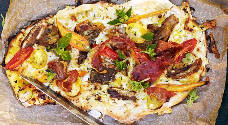 Recept på flatbread med karljohanssvamp. Flatbread är ett tunt, kavlat bröd, perfekt att toppa med svamp och grädda som en pizza. Välja gärna en riktigt smakrik ost.