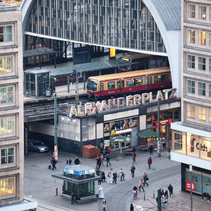 Zentraler als am Alexanderplatz kann man gar nicht aussteigen- U-Bahn und Bahnhof befinden sich hier mitten im Zentrum- für eine bequeme Anreise für die Generation 35+