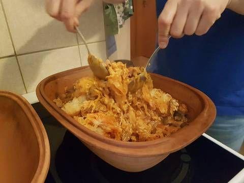 Mennyei Székelykáposzta római tálban (liszt nélkül) recept! Teljesen eltér a klasszikus székelykáposztától: marhából készül, füstölt hússal, rizzsel, Römertopf cserépedényben. Egyszerű családi recept, mi már vagy százszor megcsináltuk, és a saját ízlésünkre formáltuk, ahogyan az a hozzávalókból is látszik. Figyelem, ez a kaja mindig másnap, sőt harmadnap a legfinomabb, addigra érnek össze benne az ízek! :)
