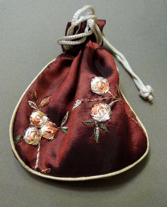 Ovales pepitas de turmalina sandía opaco en tonos que van desde rosadas rosas verdes con negro son acentuados con oro 14K llenada de camas y rondelles de pirita de oro tallado. La pulsera es de 7 1/2 pulgadas de largo y se cierra con una hebilla de gatillo lleno oro de 14 K. Viene en una bolsa de lazo de seda bordada. Turmalina es muy apreciada por los coleccionistas de piedras preciosas y hace joyas maravillosas. El color, las variaciones son producidas por diferentes cantidades o hier...