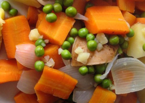 A healthy diet can be obtained by eating fresh vegetables and delicious food to your daily list