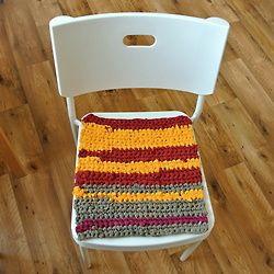 """""""Recyklosedák"""" na židli do kuchyně Byla nebyla tři stará bavlněná trička… pak jsem je rozstříhala a pomocí háku č.9 z nich udělala sedák na židli. Jak na to? Návod třeba na Fleru."""