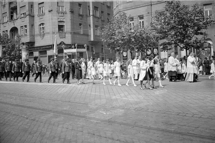 Bartók Béla (Horthy Miklós) út a Gárdonyi térnél, szemben a Mészöly utca.