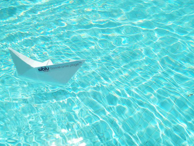 Un bateau de papier sur la piscine de Bonne Anse Plage
