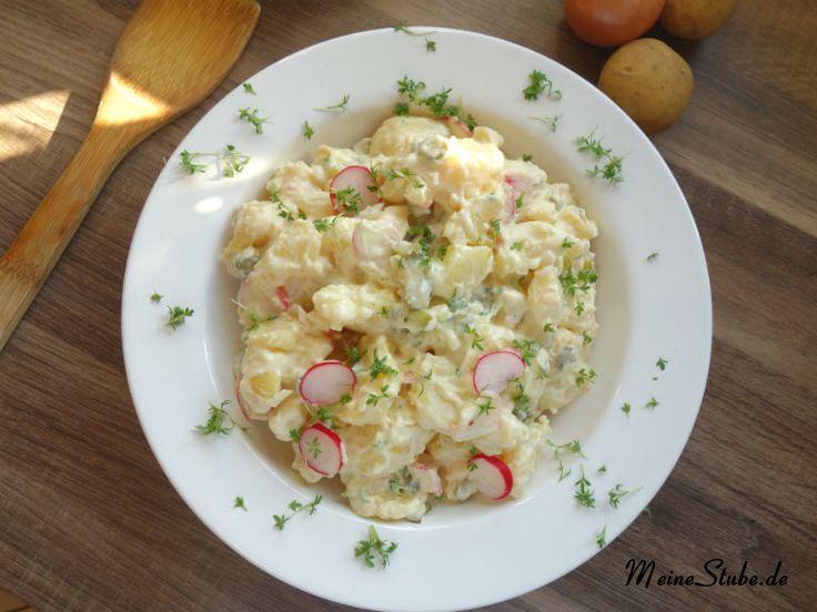 Rezept für einen Kartoffelsalat mit Kresse, Radieschen und Gewürzgurken. Du kannst ihn mit oder ohne Mayonnaise zubereiten, vegetarisch oder mit Fleisch.