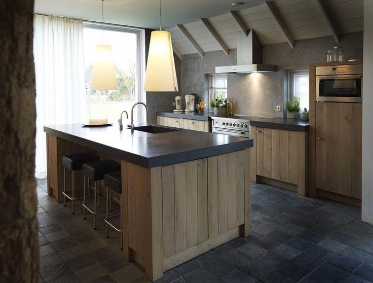 Bekijk de foto van jeanette68 met als titel Landelijke keuken met eiland. Eikenhouten keuken met een bijna zwart granieten werkblad  en andere inspirerende plaatjes op Welke.nl.
