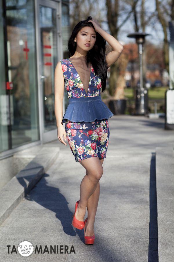 Sukienka jeansowa z dekoltem; w zestawieniu z dopinaną baskinką.   #sukienka #kwiaty #baskinka #sukienkawkwiaty #wzórkwiaty #jeanssukienka #moda #wiosna #lato