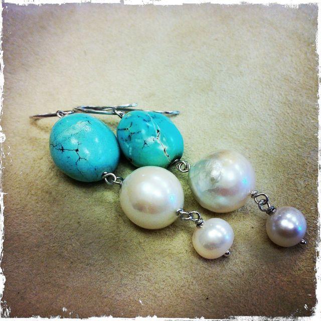 Orecchini in turchese e perle di fiume, montati su argento