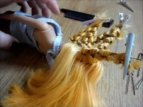 How to make Barbie's hair wavy using bobbypins. Never seen it done this way, but the results are pretty good!