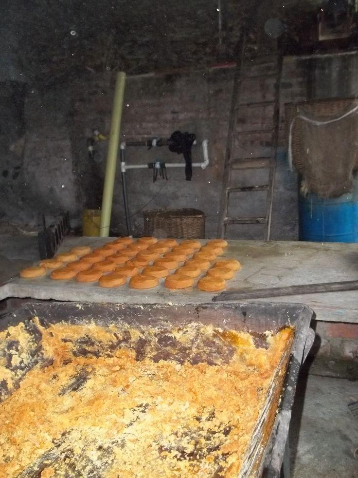 La panela antes de endurecerse, sobre una mesa se vierte en un molde para dejarse enfriar por un rato.