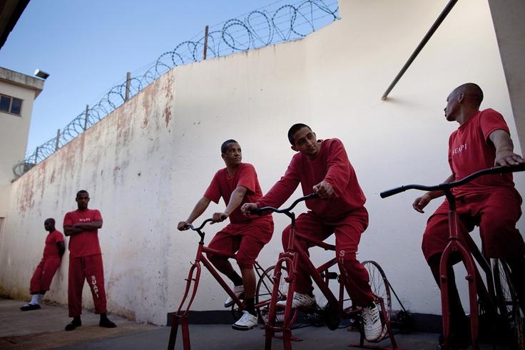 Väzni na stacionárnych bicykloch vyrábajú elektrinu vo východobrazílskom meste Santa Rita do Sapucai. Energia zásobuje desať pouličných lámp na promenáde pri miestnej rieke. Za každé tri dni bicyklovania sa tiež väzňovi odpočíta z jeho trestu jeden deň. (AP Photo/Felipe Dana)