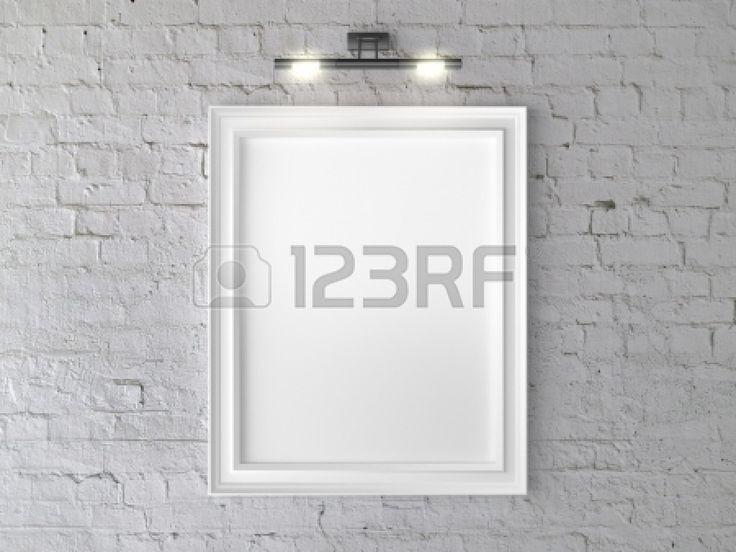 Белая рамка на стене с бра Фото со стока