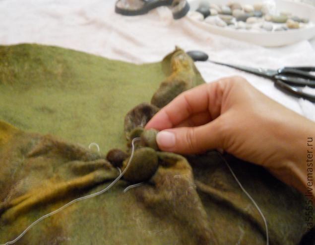 Здравствуйте! Хочу описать,как я создавала шарф-воротник в технике шибори. Останавливаться на том, как я валяла основу для будущего шарфа, не буду. Скажу только, что это должен быть недоваляный полуфабрикат. Выглядеть это полотно должно примерно так. Дальше берем наши камушки. У меня это была галька размером 1-3,5см. Помещаем каждый камушек в полотно-основу, обвязываем ниткой у основания несколько раз для прочности.