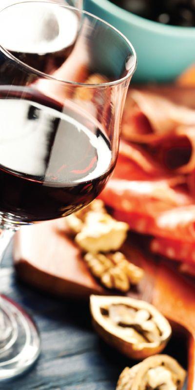 Gi bort en smakfull opplevelse til hun som er mat-og vinteressert. Lær mer om hva som passer sammen med favorittvinen, etter kurset kan man imponere venner og familie med et nydelig måltid hvor mat og vin virkelig harmonerer!