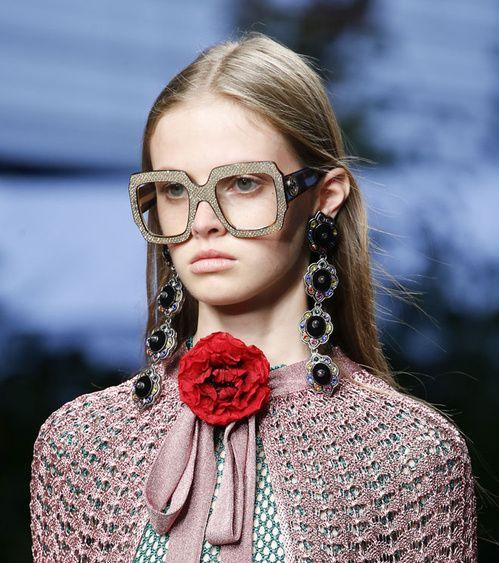 Porter des lunettes et des boucles d'oreilles