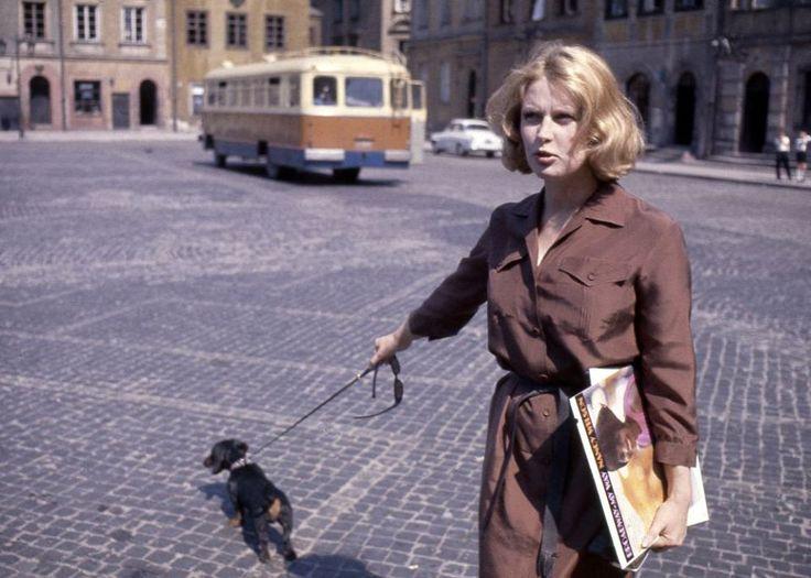 Zdjęcie z 1963. Młoda gwiazda polskiego kina Beata Tyszkiewicz na spacerze ze swoim jamnikiem Kacperkiem. Vachon zrobił jej zdjęcie na Rynku Starego Miasta.