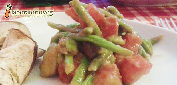 Insalata di pomodori, fagiolini, avocado e olive nere