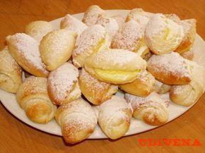 půlka je s nutenou, půlka s tvarohem a jsou výborné.  Suroviny:  125 ml vlažného mléka  1 vejce  sůl  250 g změklé nadrobno nakrájené Hery  250 g hladké mouky  250 g polohrubé mouky  1 kostka čerstvého nebo 3,5 lžičky sušeného droždí  1 lžička cukru  -----nenechávejte kynout, ale rovnou rozdělte na pět dílků. Z každého vyválejte kruh, ten rozdělte na osm trojúhelníků a plňte...jsou výtečné