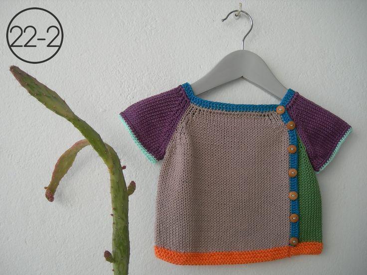 Camiseta en punto jersey en combinación de distintos colores. Elástico bajo en punto bobo y resto de remates en ganchillo. Botones de madera.   Colores:  22-1  GRIS 22-2  VISÓN    Tallas:  3-6 meses (56-68 cm) 6-9 meses (68-74 cm) 9-12 meses (74-86 cm) 1-2 años (86-92 cm)