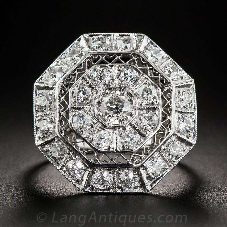 chispas y ostentosos, llamativo y super! Mano-fabricado en platino, este sensacional Art Deco impresionante proporcionada, alrededor del año 1920, mide 7/8 de pulgada de ancho. El, pieza central octogonal diamante cargado se describe con tejido metálico, geométrico, a su vez enmarcada por un marco engastado de diamantes biselado. El cómodo bajo galería también está adornada con calado geométrico. foliadas hombros ensanchados conducen a un vástago de anillo estriado, actualmente anillo del…
