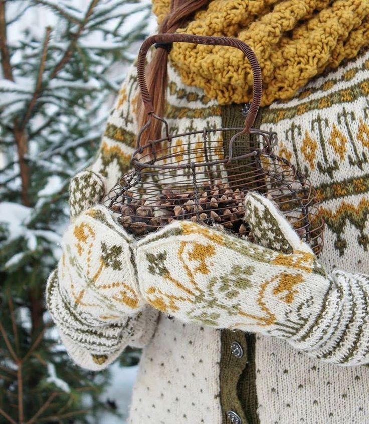 """Tusen takk for alle tilbakemeldinger på disse vakre strikkeplaggene Som mange vet er det ikke jeg som strikker men det er min fantastiske svigermor som tryller fram de vakreste ting med strikkepinnene. Jeg står oftest for fargevalgene og er veldig glad i fargene nettopp her. Vottene er strikket på mønster fra boka """"Norske votter og vanter."""" Liljevotter""""heter denne modellen. Kofta heter Vemekofta og mønster finnes i """"Kofteboken 1.Halsen her er fra H&MFiiiin kveld der ute   #kofteboken #k..."""
