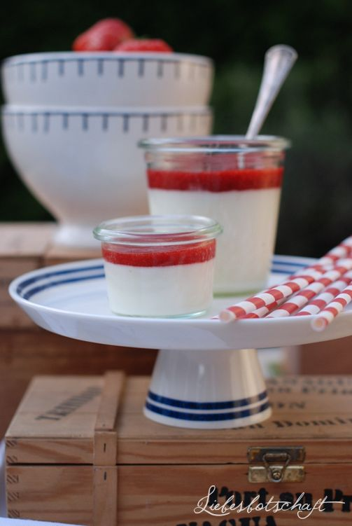 Buttermilch-Mousse mit Erdbeertopping.  500 g Buttermilch  200 g Zucker  2 Bio-Zitronen  6 Blatt Gelatine  500 g Schlagsahne  Ca. 400g Erdbeeren