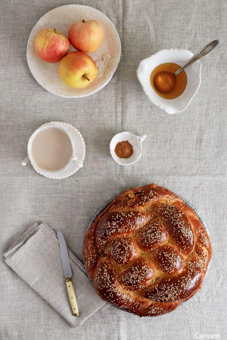 El Challah de manzana y miel es una variación del Challah tradicional que se prepara para el año nuevo judío o Rosh Hashaná. Es muy tierno y está delicioso.