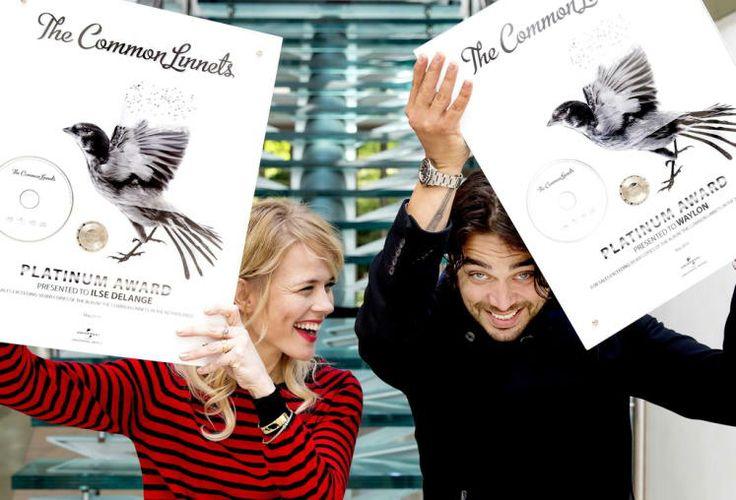 """Auch Zweite sind Gewinner: Nicht nur um Siegerin Conchita Wurst herrscht nach dem Song Contest ein G'riss: Auch für die Zweitplatzierten, """"The Common Linnets"""" aus den Niederlanden, war die Teilnahme an dem Musikbewerb ein voller Erfolg. Ilse DeLange und Waylon freuen sich über Platin für ihr aktuelles Album. (Bild: EPA)"""