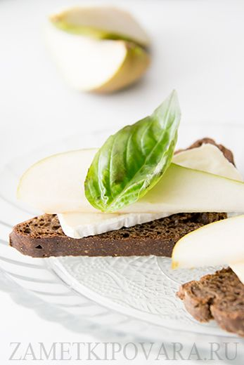 Кростини с сыром Бри, грушей и базиликом