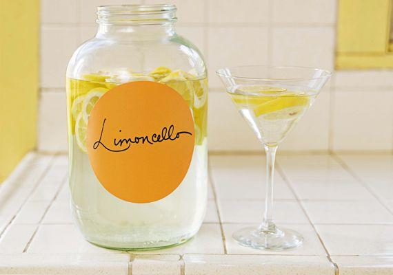 Limoncello - citromos olasz likőrEgy tucat alig érett citromot hámozz meg úgy, hogy csak a sárga rész jöjjön le róla. Egy üvegbe nyomorgasd bele őket, és 1 liter vodkával öntsd fel az egészet. Hagyd így állni két hétig, majd az idő leteltével készíts 25 dekagramm cukorból szirupot - ahány kanál cukor, annyi kanál víz. Keverd bele ezt is a likőrbe, majd következik újabb két hét pihenő. Ha letelt az érlelési idő, szűrd át a likőrt, és úgy fogyaszd.