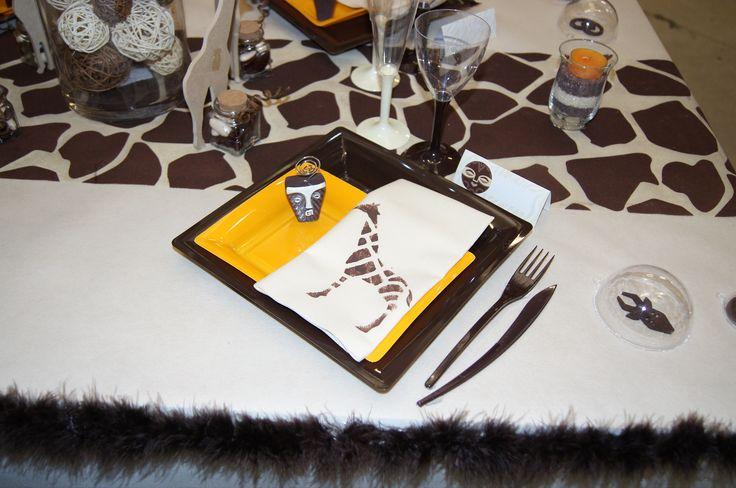 Une décoration de table sous le thème du safari avec ce chemin de table et les serviettes jetable girafe. Un repas qui s'annonce tribal !  #legeantdelafete #decoration #table #decodetable #girafe #afrique #safari #marron #vaissellejetable #assiettes #serviette #motif #bougie #trival #ethnique #plume