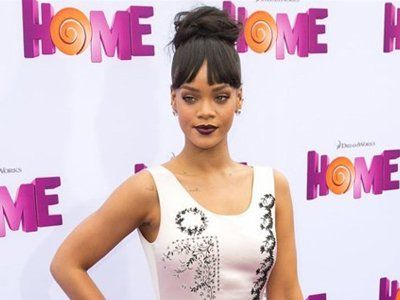 Rihanna denies snorting cocaine at Coachella