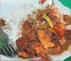 Brongkos daging (indonesisch)   500 gr mager rundvlees 4 rode uien asem (ikzelf gebruik vaker de siroop. Te koop bij de toko) 1 dl dikke santen 4 eetl. zonnebloemolie 2 rode Spaanse pepers of een flinke theelepel sambal oelek 2 kemirienootjes 4 keloewèkpitten (zwarte pit van de timboelvrucht) 1 theel. trassi 1 theel. ketoembar ½ theel. djinten 1 schijfje laos of een halve theelepel laos poeder