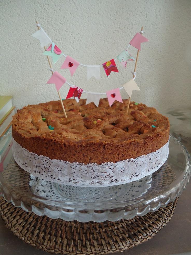 vlaggetjes op een feestelijke taart