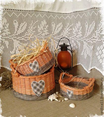 Корзиночки плетеные `Шотландка`. Комплект корзиночек полностью сплетен из бумаги, лёгкий и прочный; в работе скомбинированы два цвета - древесно-серый и пепельно-розовый, корзиночки декорированы сердечками с уютным рисунком 'шотландка'.
