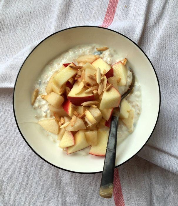 Overnight oats poridge sans cuisson bircher muesli Overnight oats  Pour 1 personne      30 g de flocons d'avoine (gros que l'on trouve en version bio)     5 g de graines de courge (1 cuil. à soupe rase)     6 cuil. à soupe de lait ou de jus d'orange sans sucre ajouté     1 pincée de fleur de sel  Pour servir :      1 yaourt     ½ pomme     ½ poire     Un peu de sirop d'érable     5 amandes torréfiées et concassées pour servir (facultatif)