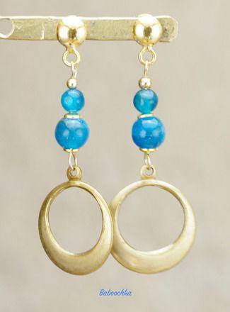 Boucles d'oreilles montées avec des clous ronds en plaqué or ( 5 mm ), des perles d'apatite du Brésil de qualité AA ( 5 et 3 mm ) surmontées de perles en plaqué or ( 2 mm ). - 20835917