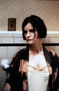 Jennifer Jason Leigh is Dorothy Parker in Mrs. Parker and the Vicious Circle (1994)