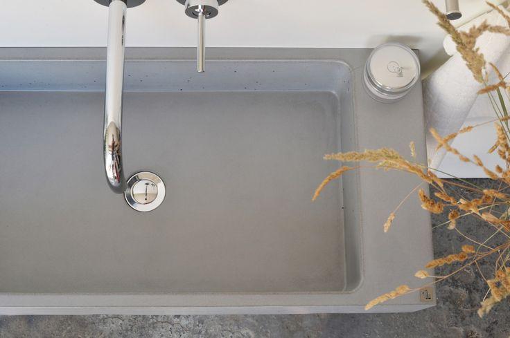Concrete washbasin Gravelli Slant 06 Single in grey variant.