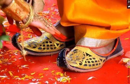 Купить или заказать Тапочки домашние 'Восточная сказка'. в интернет-магазине на Ярмарке Мастеров. Изящество и загадочность востока, воплощены в этих легких, комфортных домашних туфельках. Обувь достойная принцессы! Сваляны с любовью из болгарского кардочеса, расшиты бисером. Подошва - микропора. Вдохновением, для создания, стал индийский сериал 'Махабхарата', снятый 2013г, по одноименному произведению индийского эпоса. Пожалуйста, прежде чем сделать заказ, внимательно ознакомь...