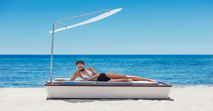 Ce matelas de plage high-tech a un brumisateur de crème solaire et bien d'autres gadgets
