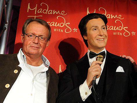 Michael Neumayer mit der Wachsfigur seines Vaters Peter Alexander bei Madame Tussauds in Wien