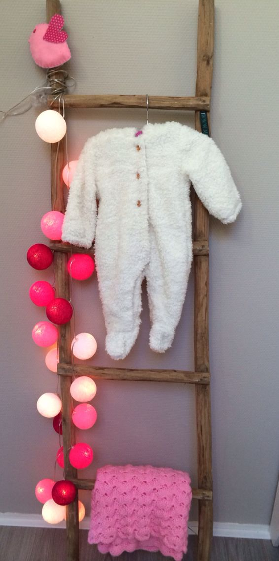 Babykamer. Laddertje met cottonball lights.