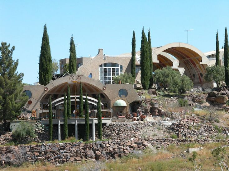 """Arcosanti, architecture et écologie . Construite dans les années 1970 en Arizona, Arcosanti est un """"laboratoire urbain"""" pensé par Paolo Soleri, le théoricien de l'arcologie, une notion qui associe architecture et écologie. Elle a pour objectif de montrer comment les conditions de vie urbaines peuvent être améliorées tout en respectant l'environnement. Comme 50 000 visiteurs annuels, vous pouvez la découvrir et même y dormir (optez pour la Sky Suite). ©  Yuki Yanagimoto"""