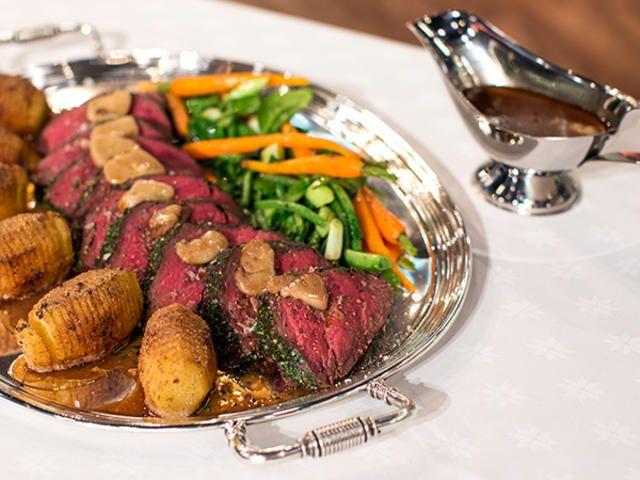 Helstekt oxfilé med rödvinssås, späda grönsaker och hasselbackspotatis